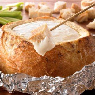 Fondue de queijo no pão italiano